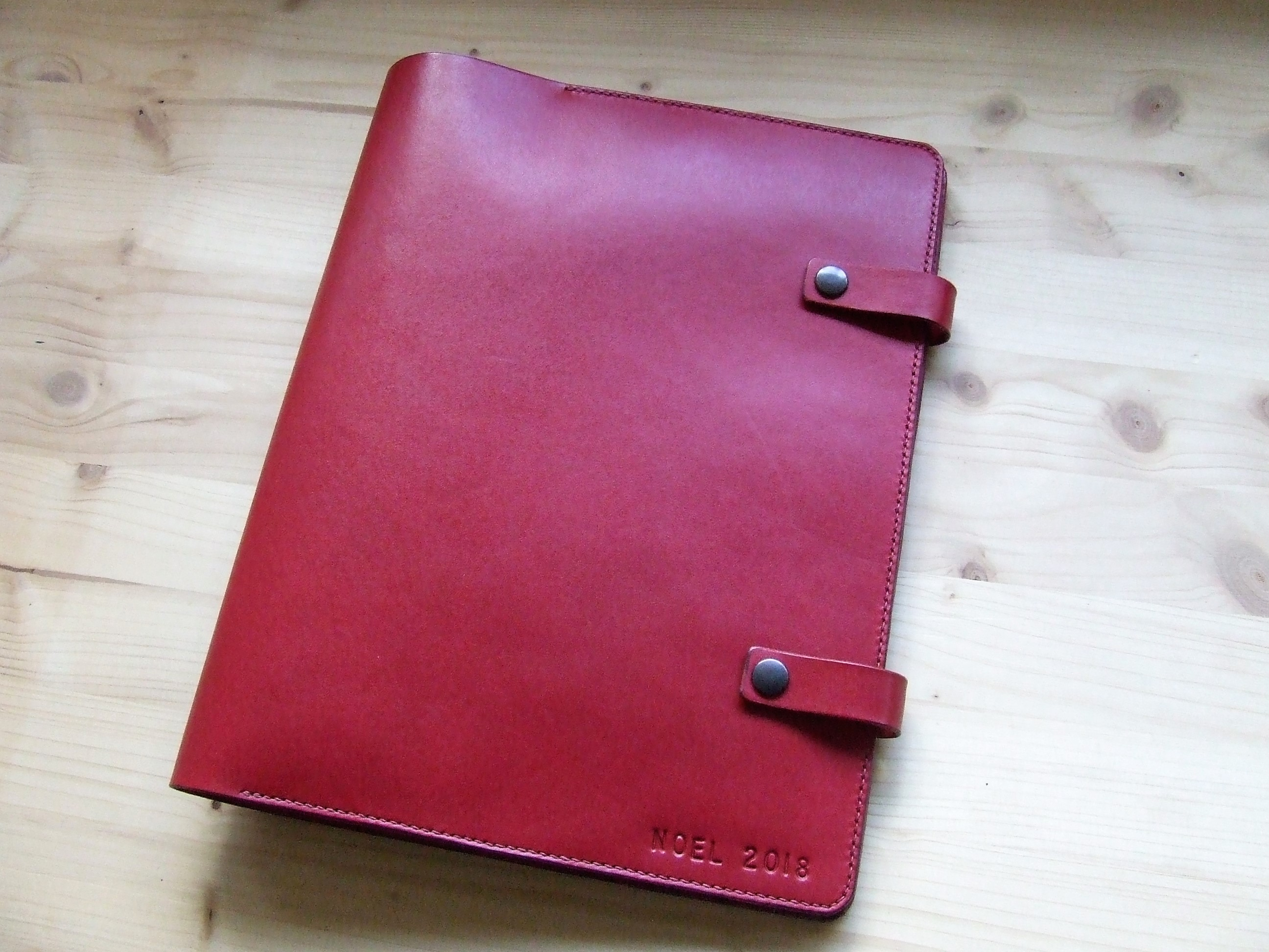 Protège agenda en cuir rouge prénom embossé personnalisé - 2 pattes de fermeture
