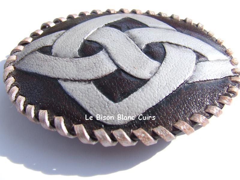 Boucle ovale en cuir avec laçage et dessin celtique repoussé à la main personnalisé à plat