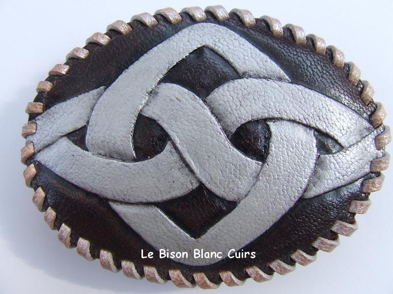 Boucle ovale en cuir avec laçage et dessin celtique repoussé à la main personnalisé recto