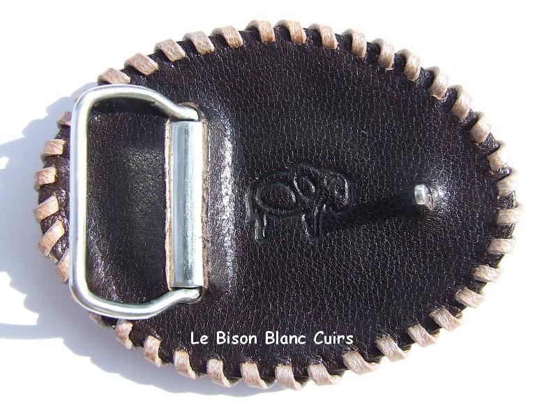 Boucle ovale en cuir avec laçage et dessin celtique repoussé à la main personnalisé verso