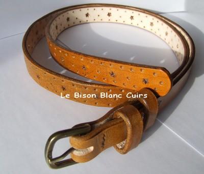 ceinture personnalisée marron orangé avec trous ronds et en forme d`étoile