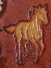 cheval au galop en négatif sur cuir végétal gravé ou embossé