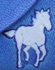 chfeval peint en blanc sur cuir végétal gravé ou embossé teinté en bleu