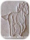 motif martelé cheval au galop sur cuir naturel pour personnaliser objets en cuir porte-clés ceintures colliers protège documents cahiers porte cartes