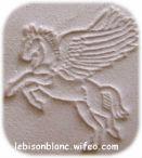 motif pégase cheval ailé embossé sur cuir naturel tanné vegetalement personnalisation de bracelet pendentif personnalisé boucle de ceinture en cuir ceinture sans boucle
