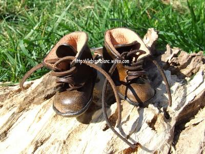 Paire de godillots miniature en cuir en porte-clés couleur marron foncé et personnables lettres petites chaussures petits godillots minis