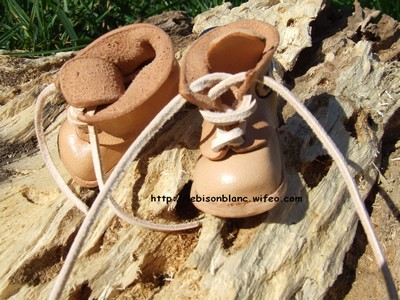 Paire de godillots miniature en cuir en porte-clés couleur naturelle du cuir et personnables lettres petites chaussures petits godillots minis