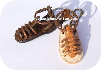 porte-clé ou bijou de sac en cuir sandalette tropézienne pour baroudeuse couleur marron foncé fabriqué en france personnalisation possible 2 couleurs
