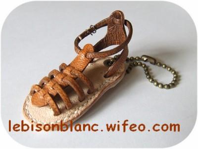 porte-clé ou bijou de sac baroudeur sandale en cuir tropezienne marron clair naturel cousue main point sellier de côté personnalisation possible