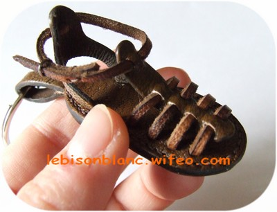 porte-clé ou bijou de sac en cuir tropézienne pour baroudeur couleur marron foncé made in france personnalisation possible