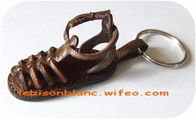 porte-clé ou bijou de sac en cuir sandalette tropézienne pour baroudeuse couleur marron foncé fabriqué en france personnalisation possible de côté