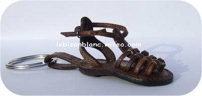 porte-clé ou bijou de sac en cuir sandalette tropézienne pour baroudeuse couleur marron foncé fabriqué en france personnalisation possible de côté droit