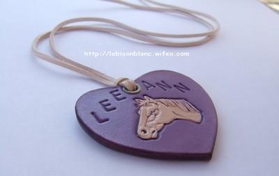 pendentif en cuir tanné végétal coeur violet personnalisé martelé tête de cheval et prénom