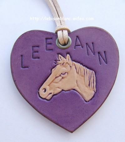 pendentif en cuir tanné végétal coeur violet personnalisé martelé tête de cheval et prénom avec oeillet