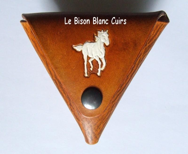 porte-monnaie triangulaire en cuir personnalisable teinté à la main en marron orangé motif cheval au galop peitn en blanc