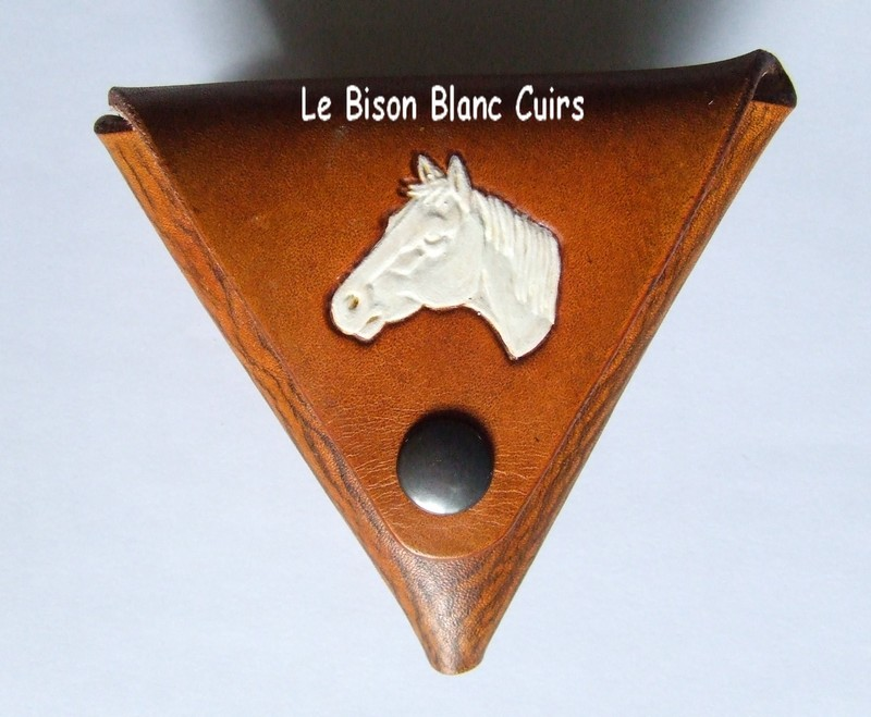 porte-monnaie triangulaire en cuir personnalisable teinté à la main en marron orangé motif tête de cheval peint en blanc
