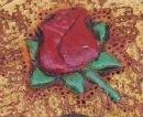 décoration petite rose rouge peinte sur cuir végétal gravé ou embossé