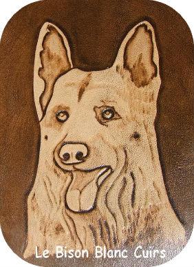 tete de chien berger allemand repoussée sur cuir couleur clair sur fond marron antique