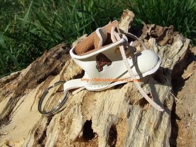 Godillot miniature en cuir en porte-clé couleur blanc et personnable lettres petite chaussure blanche petit godillot mini idée cadeau de naissance