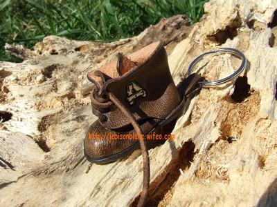 Godillot miniature en cuir en porte-clé couleur marron et personnable couleur au choix mini motif petite chaussure petit godillot mini accessoire de sac à main